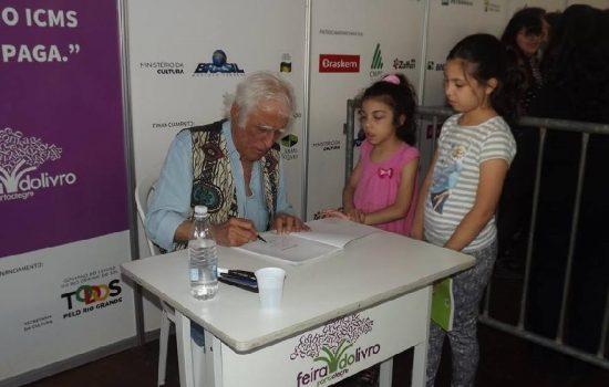 Ziraldo encanta público na Feira do Livro de Porto Alegre